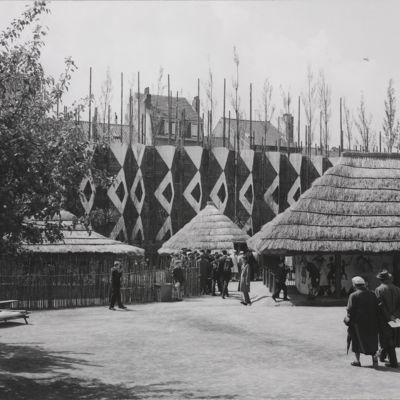 Reconstitution d'un village congolais dans les Jardins tropicaux de l'exposition