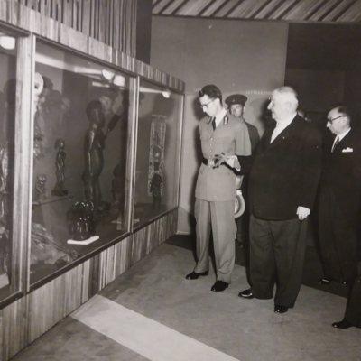 Le Roi, guidé par M. Joseph-Marie Jadot, Président de l'Association des Artistes et Ecrivains Coloniaux, visite de la salle des Arts dans le Palais du Congo Belge et du Ruanda-Urundi à l'Expo'58 de Bruxelles